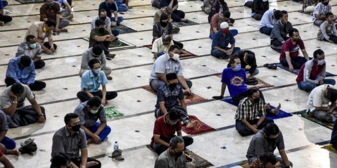 umat muslim bersiap melakukan sholat berjamaah dengan menerapkan protokol