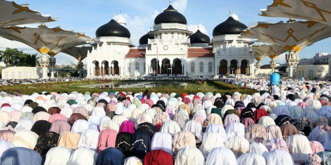 umat muslim melaksanakan ibadah shalat idul fitri hijriah