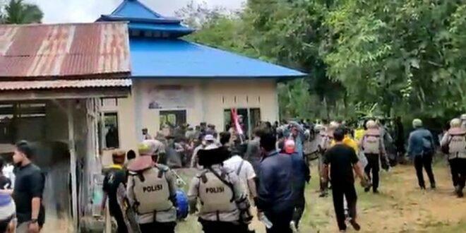 warga rusak masjid ahmadiyah di sintang kalbar dok istimewa