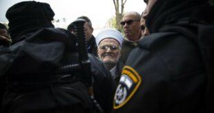 Imam Besar Masjid al Aqsa Sheikh Ekrima Sabri saat ditangkap polisi Israel beberapa waktu lalu