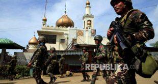 pasukan pemerintah melintasi masjid di marawi city filipina selatan