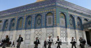 polisi israel melakukan manuver melalui kompleks masjid al