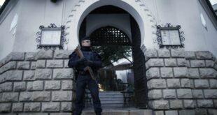 seorang polisi berjaga di depan masjid agung paris prancis